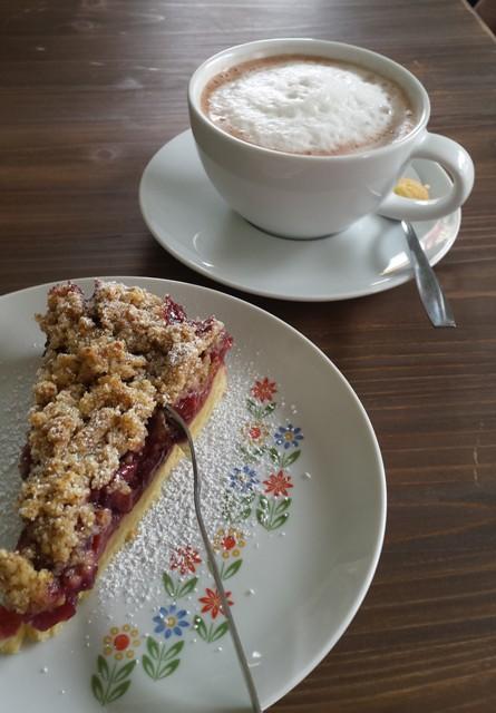 So lässt es sich leben: Kirschstreuselkuchen mit heißer Schokolade