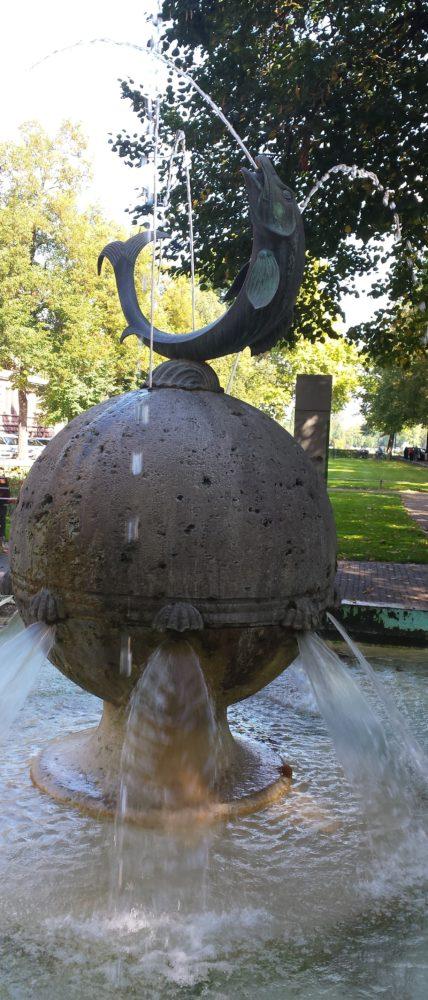 """Brunnen, von den Mainzern """"Quellmänner un Hering"""" genannt"""