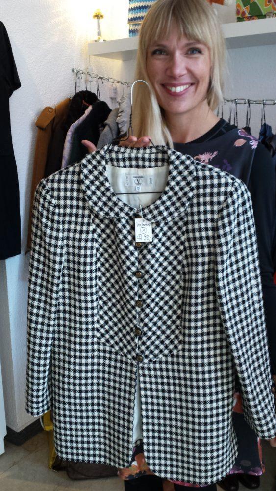 Janas absolutes Lieblingsstück im Laden: Schicke Jacke von Valentino mit trendigem Bubikragen für 98 Euro (Größe M)