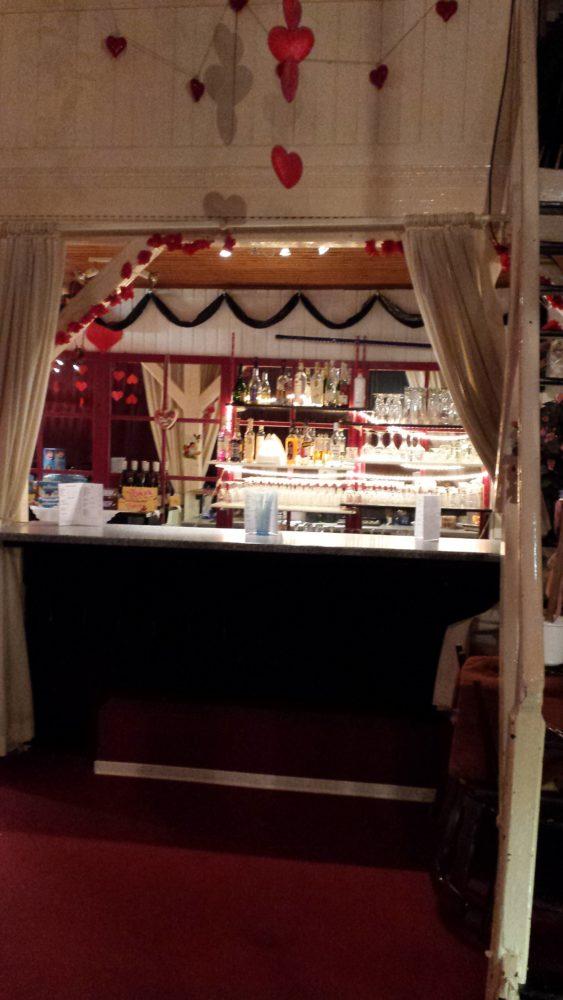 Getränke und kleine Snacks gibt's hier an der Bar