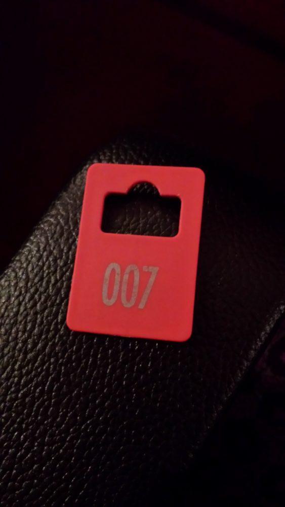 Der Beweis: Ich bin doch ein Bond-Girl (Garderobenmärkchen)