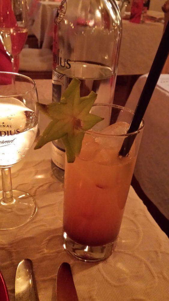 Alkoholfrei: Liebestraum, bestehend aus Erdbeersirup, Ananassaft, Granini Die Limo Orange und Lemongras; 5,50 Euro