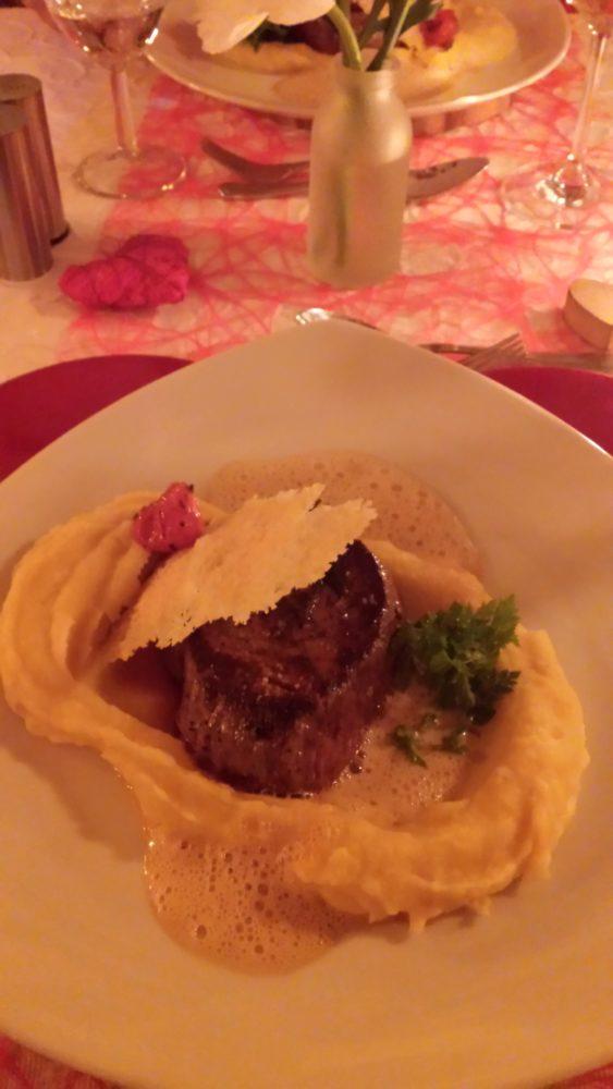 Mein Highlight: Sous-vide gegartes Rinderfiletmedaillon auf Haselnussschaum mit Pastinaken-Kartoffelpüree und Parmesansegel; 25,50 Euro (Gericht aus dem Valentinstag-Menü)