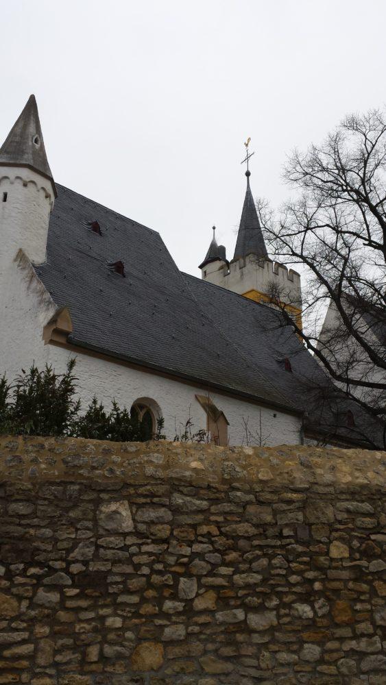 Ein bisschen schüchtern zeigt sich hier die Ingelheimer Burgkirche. Besonders schön ist sie abends in Beleuchtung