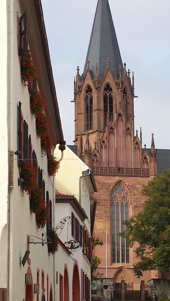 Die Katharinenkirche: eine gelungene Mischung aus Gothik und Romanik. In ihr bin ich konfirmiert worden und bis heute verpasse ich nahezu keinen Weihnachtsgottesdienst. Gehe unbedingt mal hinein und bewundere die schönen, bunten Fenster. Es lohnt sich!
