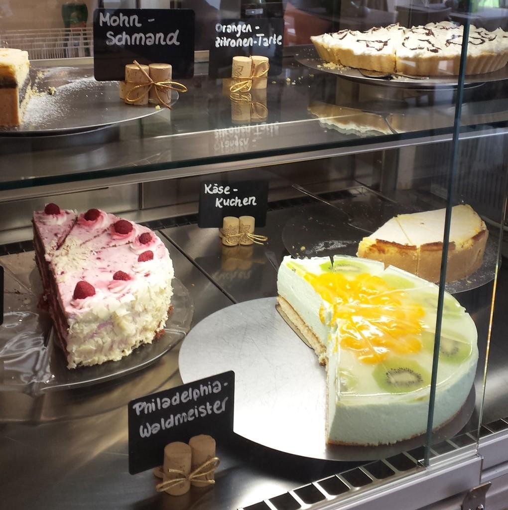 Große Auswahl zu günstigen Preisen: Je nach Torten oder Kuchen zahlst du in der Regel zwischen 2 bis 3 Euro
