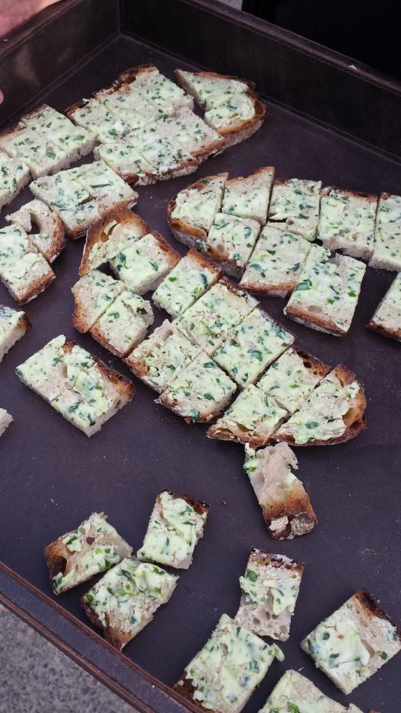 Pause muss sein! Als kleine Stärkung gibt's knuspriges Brot mit köstlicher Bärlauchbutter