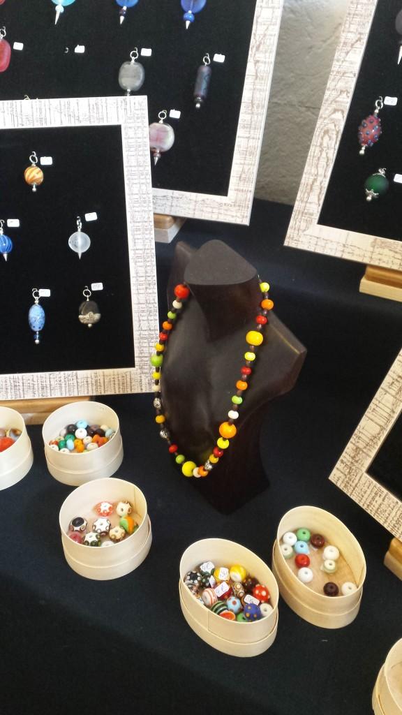 Hier siehst du eine wunderschöne, bunte Glasperlenkette, Kettenanhänger sowie Glasperlen zum selbst Zusammenstellen