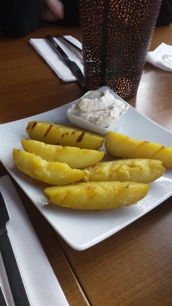 Köstliche Beilage dazu: Grillkartoffeln mit genialer Sourcream