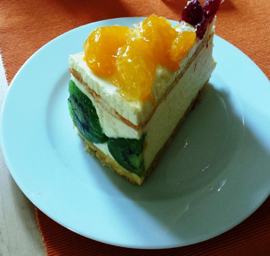 Köstlich: Torte mit Kiwi, Mandarine und Himbeeren und einer französischen Creme