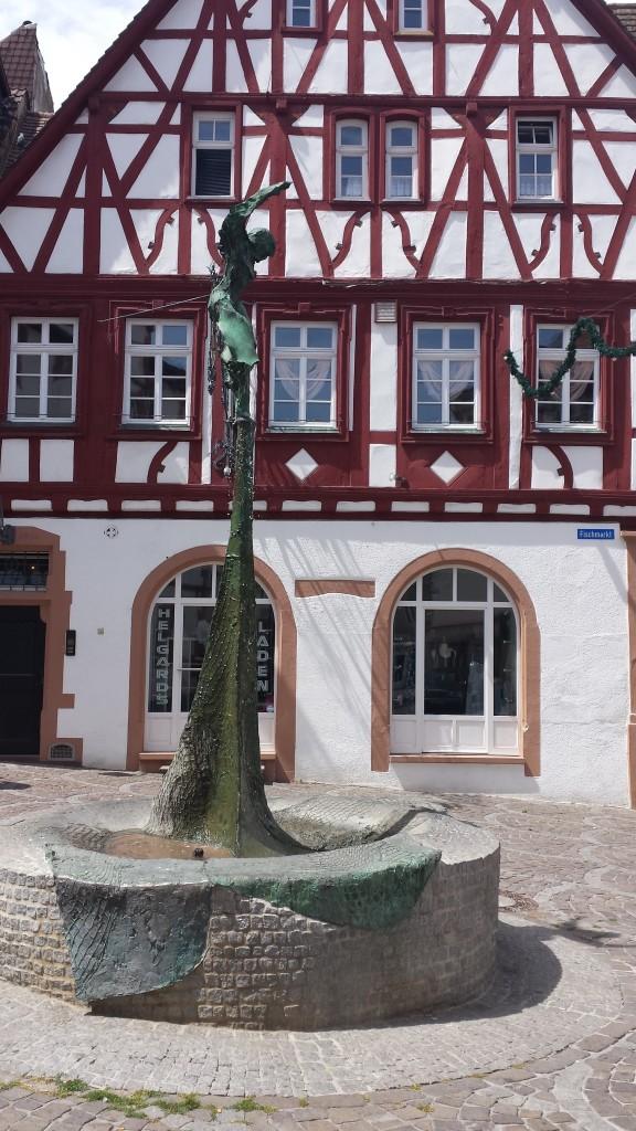 Wunderschönes Fachwerkhaus am Fischmarkt. Im Vordergrund zu sehen: der Fischmarktbrunnen