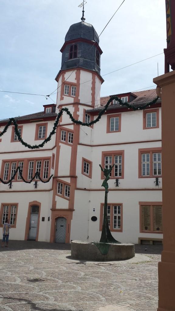 """Das alte Rathaus mit wunderbarem Glockenspiel (""""Yesterday"""" von den Beatles)"""