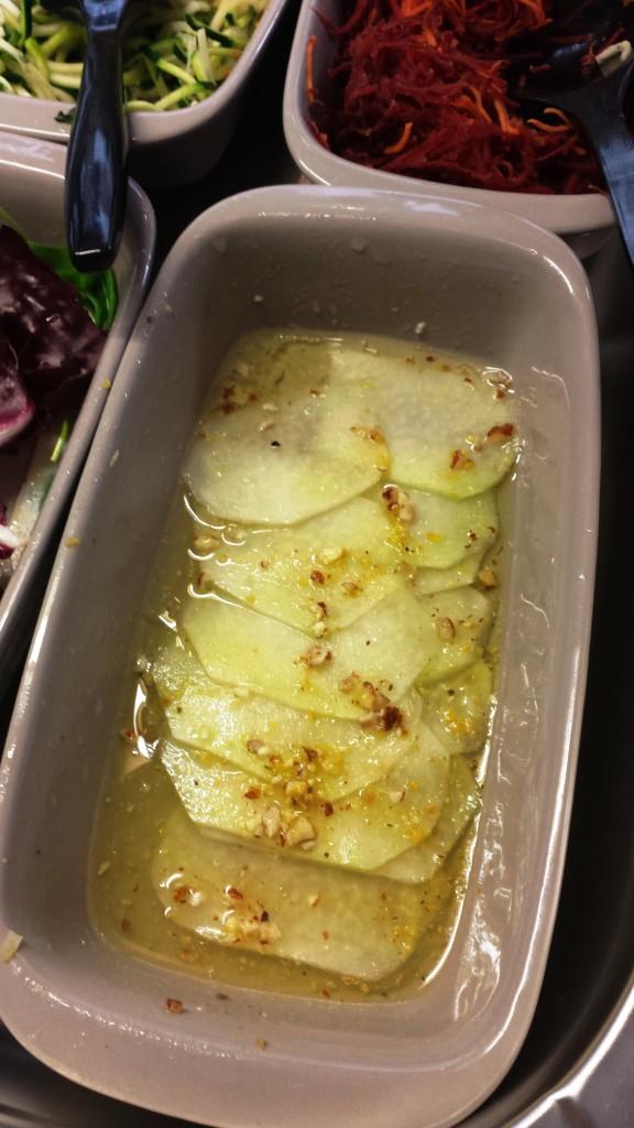 Zudem lockt ein üppiges Büfett. Hier zu sehen: Kohlrabi Carpaccio mit Estragon-Zitrone Vinaigrette und Haselnüssen