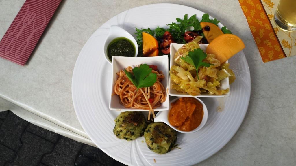 Essen ist fertig! Toller Probierteller mit gesunden Gerichten zum Testen. Dieses Essen kannst du dir im Gutsausschank natürlich auch bestellen.