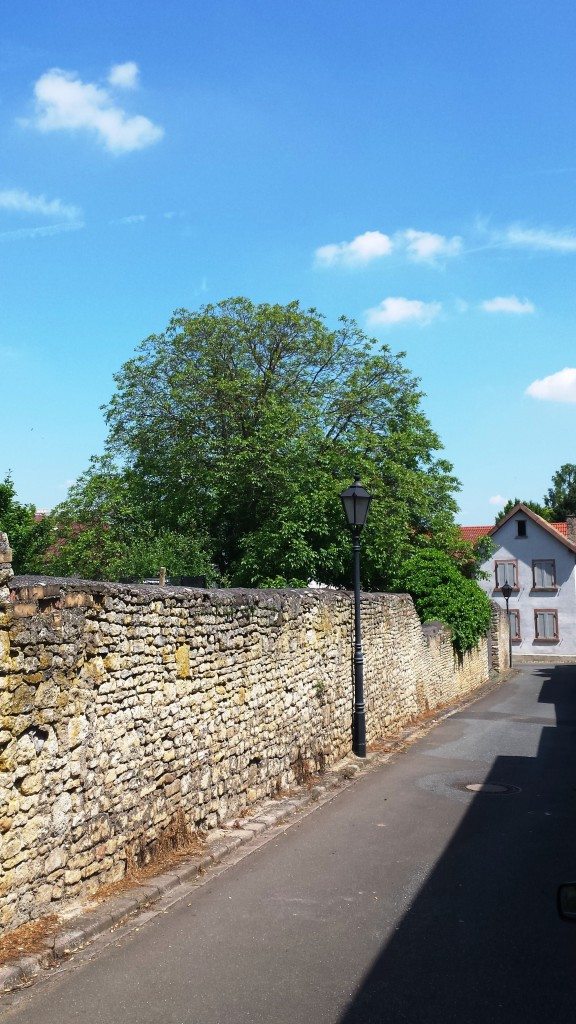 Lässiges Flanieren an der Schlossmauer
