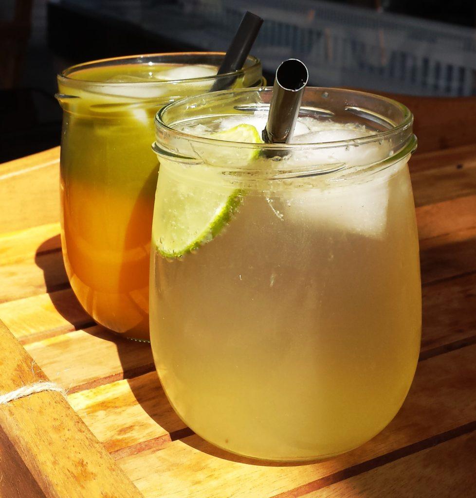 Hausgemachte Getränke liebe ich über alles. Hier hat sich die angenehm süße Limetten Rohrzucker Limonade in den Vordergrund gedrängt. Bescheiden im Hintergrund steht der Wachmacher, die Mango Matcha Limonade
