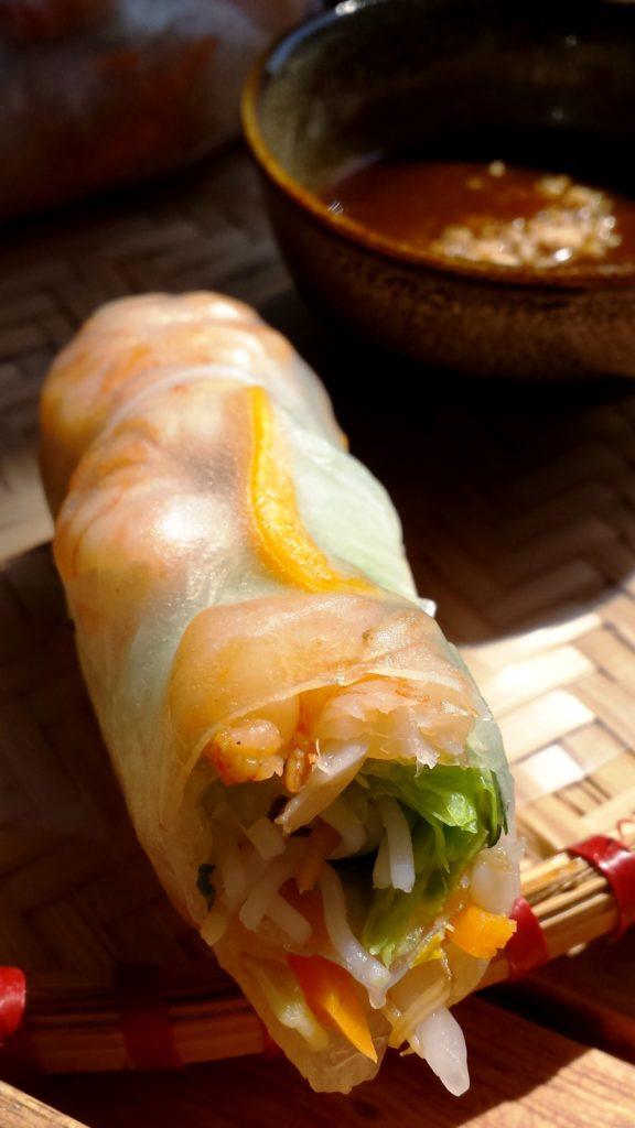 Das perfekte Essen bei der momentanen Hitze: leichte Sommerrollen mit Garnelen (was ist noch drin? Reisnudeln, Sojasprossen, Karotte und Minze - umwickelt ist das gute Stück mit Reispapier. Dazu gibt's einen genialen Dip