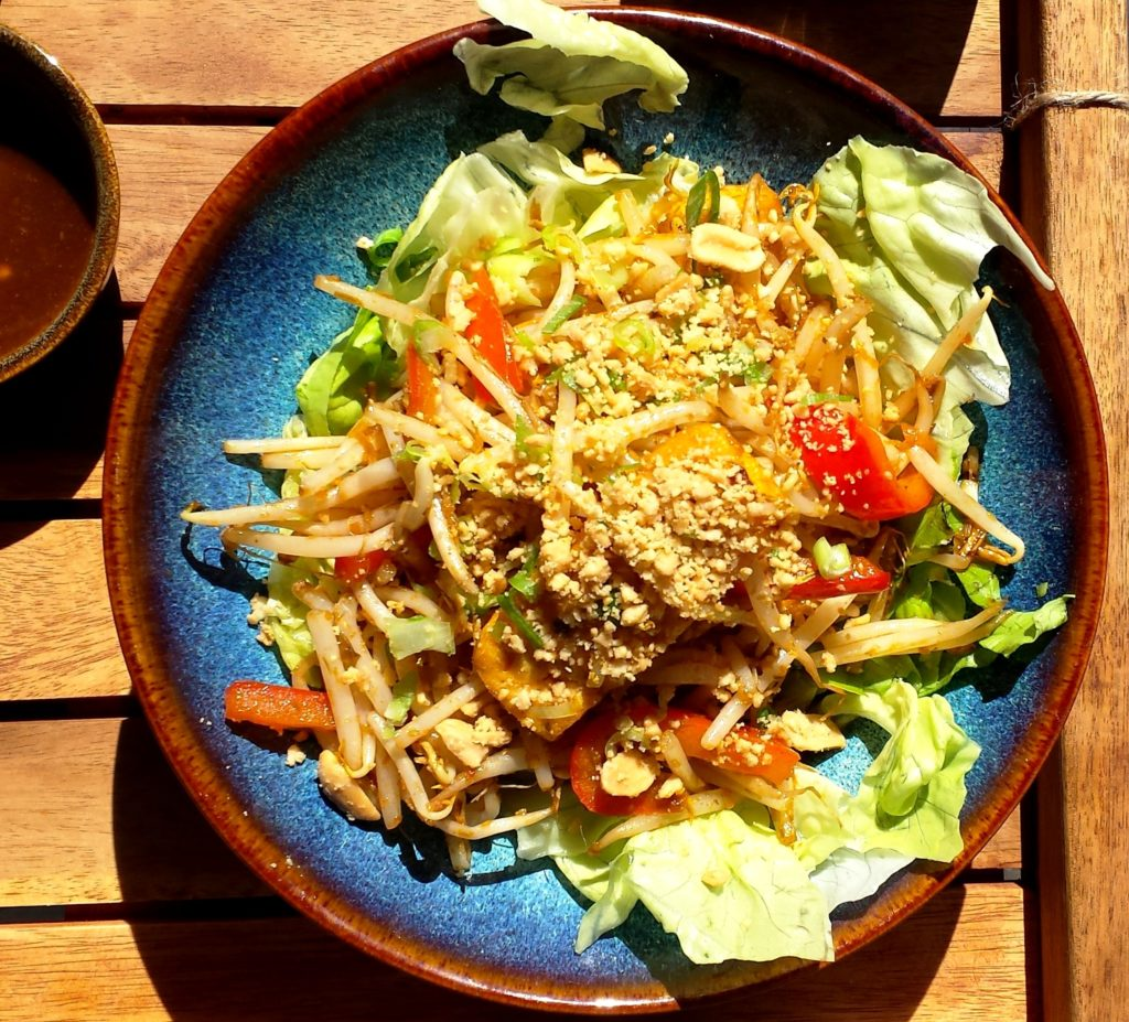 Für den großen Hunger: Reisnudeln (Tofu mariniert mit Zitronengras; Reisnudeln, Chili, Paprika, Sojasprossen, Salat, Erdnüsse und Lauchzwiebeln)