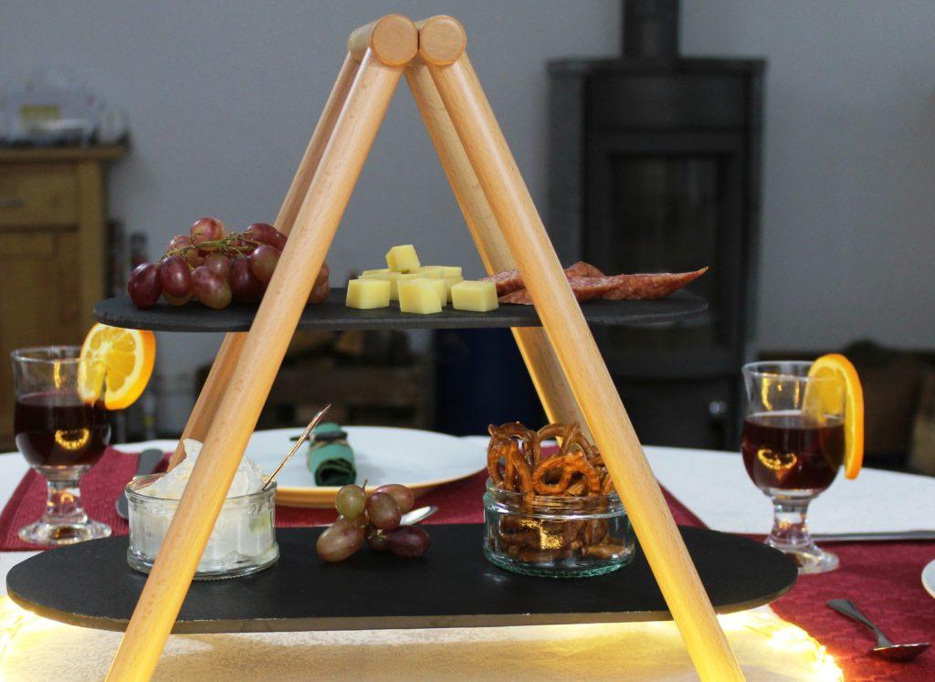 Auf edlen Schieferplatten kannst du hier deine Köstlichkeiten präsentieren. Was mir besonders gut gefällt: Das Gestell ist aus FSC-zertifiziertem Holz