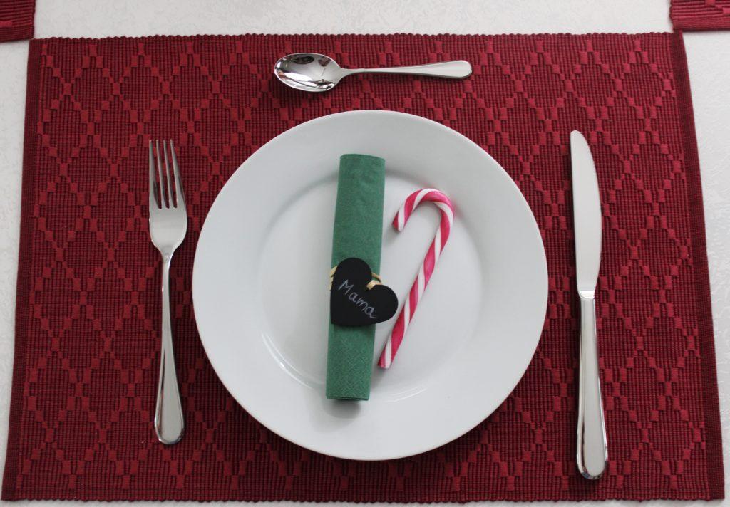 Gehören auf jeden festlich gedeckten Tisch – hochwertige Platzsets aus 100 Prozent Baumwolle. Perfekt dazu: das Tafelbesteck aus hochglanzpoliertem Edelstahl. Es ist 24-teilig und besteht aus 6 Hohlheftmessern, 6 Gabeln, 6 Löffeln sowie 6 Kaffeelöffeln