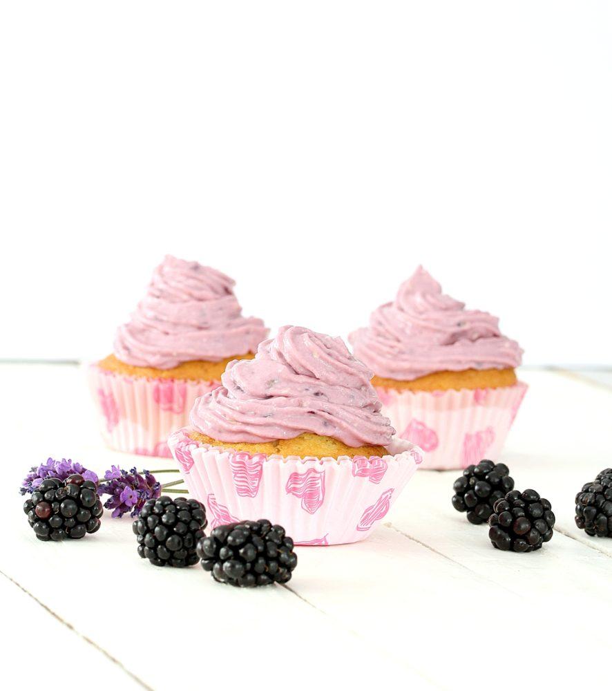 Zarte Versuchung: Lavendel-Brombeer-Cupcakes