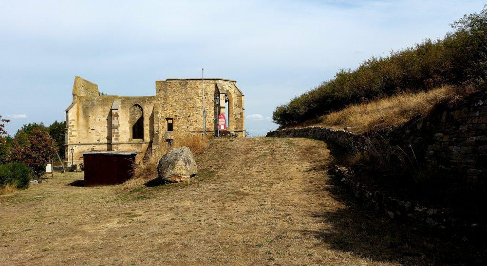 Beller Kirche am Strandpfad der Sinne