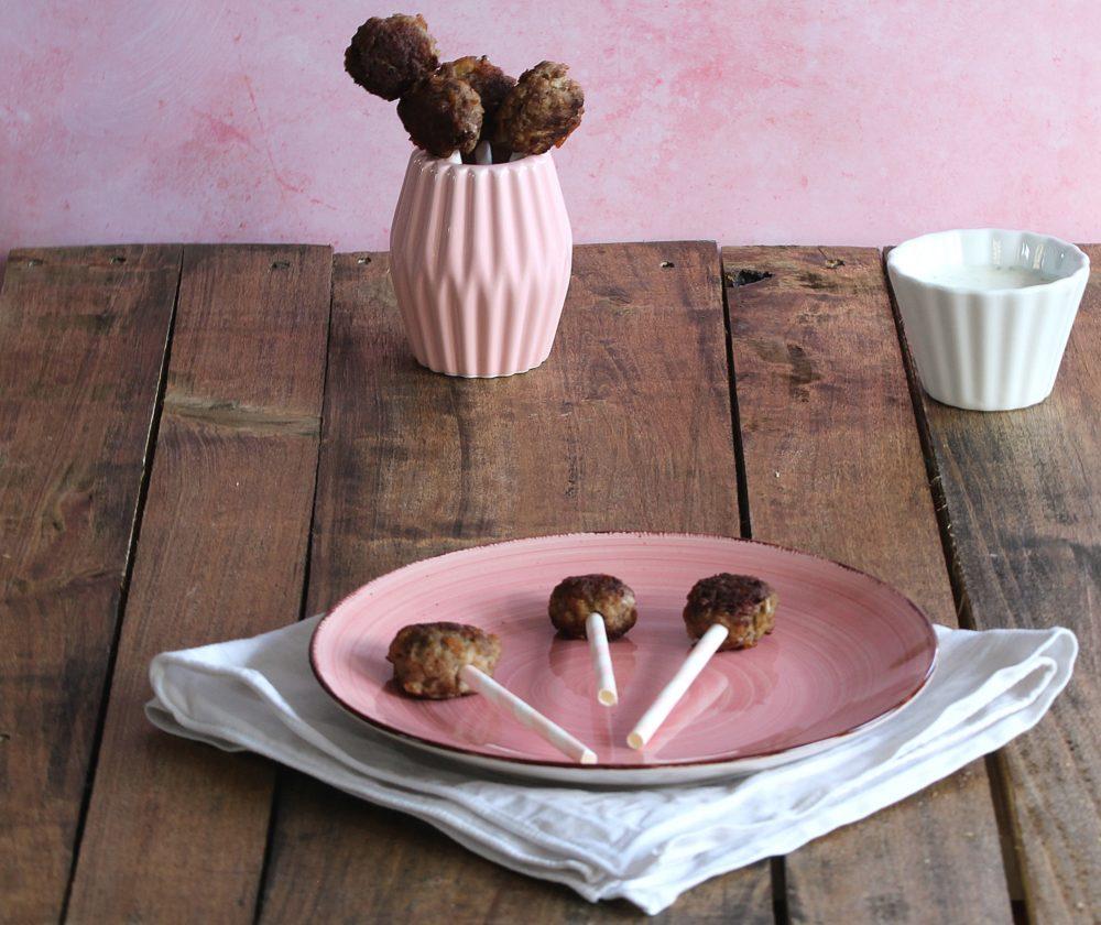 Hackfleisch-Lollies mit Joghurt-Minze-Dip